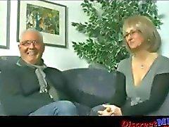 Reife Paar lädt Jugendliche Bolzen um sie etwas