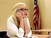 Teenager nerd fottuto dai suoi professori sexy a Dana e Dana