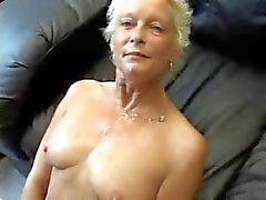 Granny Sucks Fucks ja nielaisee !