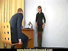 Sexy secrétaire devient interrogés de godes