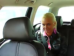 Chauffeur de taxi de faux fourre sa grosse bite