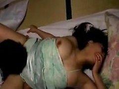 Lustful Oriental Housewife obtient sa poilue poilue au doigt