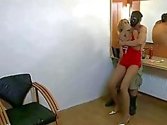 Sexy meisje krijgt vastgebonden en hard geneukt