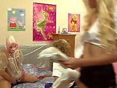 Zwei Luder babysitten einen Sissy adult baby