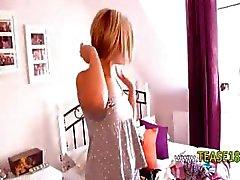 bedöva blondin flicka som visar panties
