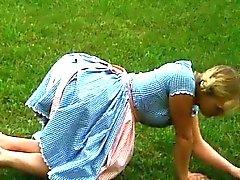 Klassiker Bayerischer flicka som krossas Utomhus Nudism utomhus