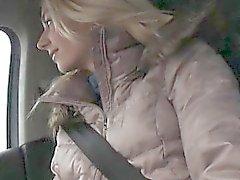 Menina adolescente captado e batido em um carro de das um rapaz forasteiro