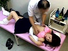 Kız öğrenci bir doktor muayenehanesine girer ve cunny f