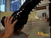 catin de cheveux de jais vêtu de latex cogne son réparateur surexcitée dans la cuisine