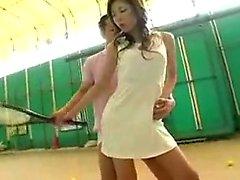 Seksikäs, hoikka japanilainen tyttö, jolla on kauniit jalat, viettelee kymmentä