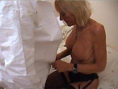 Aikuinen blondi sukkahousuissa