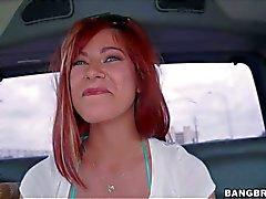 Alessa Schnee zeigt ihren grosse Brüste auf den Rücksitz