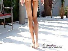 Super flexi kantig flicka peeing utomhus