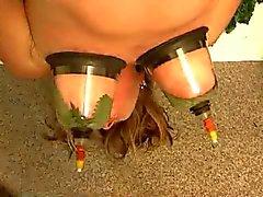 Opgeschort vrouw marteling met brandnetels