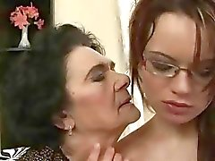 Hyvin vanha mummo tykkää young girl