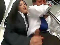 Con la mano Asian in Bus pubblico