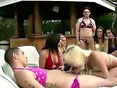 Mec obtient un blowjob part d'une fille du CFNM à extérieur fête