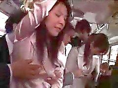 Zwei japanische Wifes Geschäftsfrau tastete und ficken in Bus