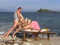 Große Brüste Blonde Tarra teilt sich einen schönen Schwanz mit ihrer Freundin Jennifer