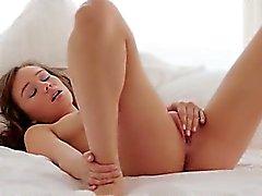 Brunette babe teasing sekä nauhat sängyn
