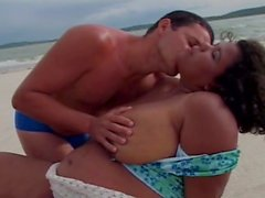 Şişman pili plajda