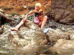 Maliziosi bionda teen prende in giro al mare