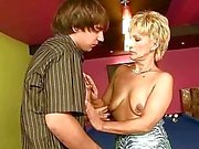 Mummo nauttii kovaa seksiä pojan kanssa
