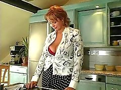 Heiß Rothaarige Milf russischer Anfang in der Küche und durchgefickt