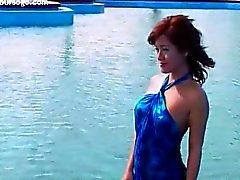 Aziatische tiener meisje naakt op het strand