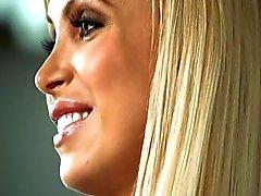 Hete Blonde kreunt luid op pik