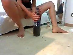 Adolecente folla botella grande de Pepsi