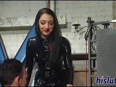 dominatrix raunchy si diverte con il la schiava