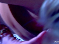 Shyla Stylez y Nika Noire juegan en las escaleras