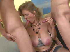 Naughty busty mamans séduisent les jeunes mâles alpha