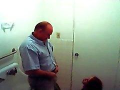 sahte casus redhead banyoda yaşlı adam başını verir
