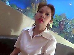 Filipina Ninfomane soffia e scopa il un gallo bianco