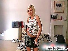 La houe blonde coquine Kristi se met dévêtue