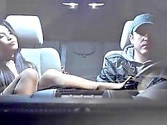 Sexy Asian no carro do