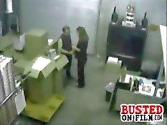 Geile collega gepakt op security cam doen van een blowjob in het magazijn kantoor