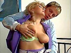 Hot Blonde Euro Granny batendo Cougar