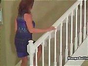 Het blondin cougar i underkläder förför granne och frun kommer hem