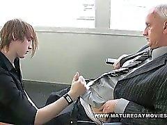 O paizinho Obtém seu burro fodido por de cabelo vermelha rapaz de