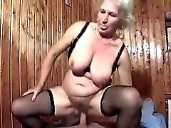 Blonde Bertha Granny obtient désossée