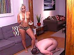 Mistress font esclaves arabes à manger des fruits du pieds
