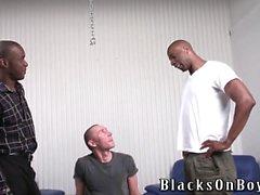 Komik polis adamı siyah erkeklerle alay ediliyor