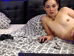amatrice brune Slutty chevauche la queue devant webcam