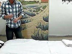 Ein Mann erlangt Doppel Freude aus Massagen und Geschlechts