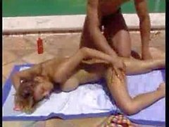 Aux gros seins la fille et la une piscine bikini Studd a surveillée M22