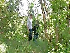 Ensimmäinen tunkeutuva metsässä