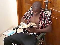 Черный Африканский красавчик Джордж отбивает